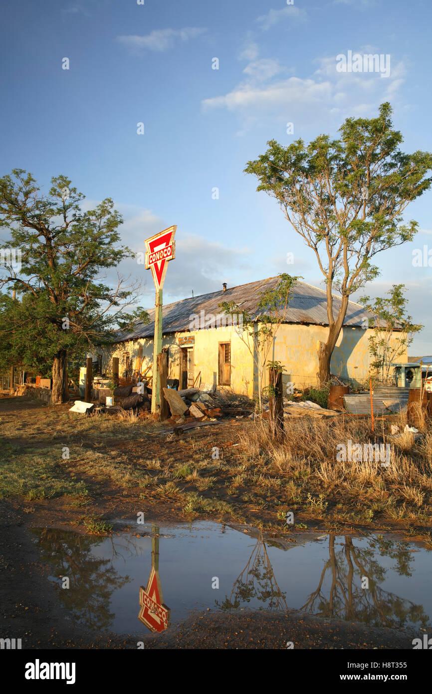 Conoco gasolinera en ruinas, Puerto de Luna, cerca de Santa Rosa, Nuevo México, EE.UU. Imagen De Stock