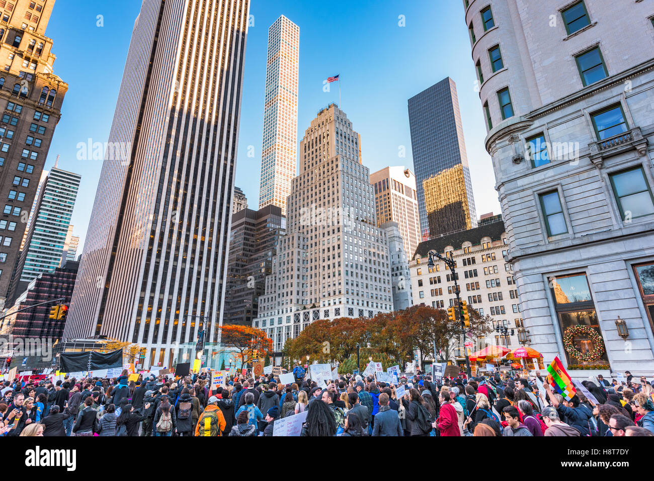 La CIUDAD DE NUEVA YORK - Noviembre 13, 2016: Las multitudes en 5th Avenue marcha hacia la Torre Trump, para protestar Imagen De Stock