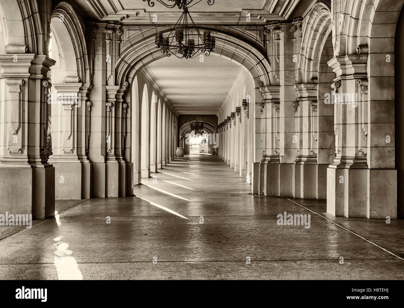 Arquitectura histórica y el paseo en el parque Balboa. San Diego, California, Estados Unidos. Imagen De Stock