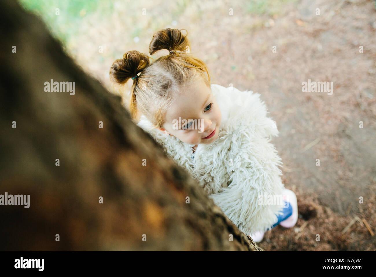 Cute Little Girl es jugar al aire libre Imagen De Stock