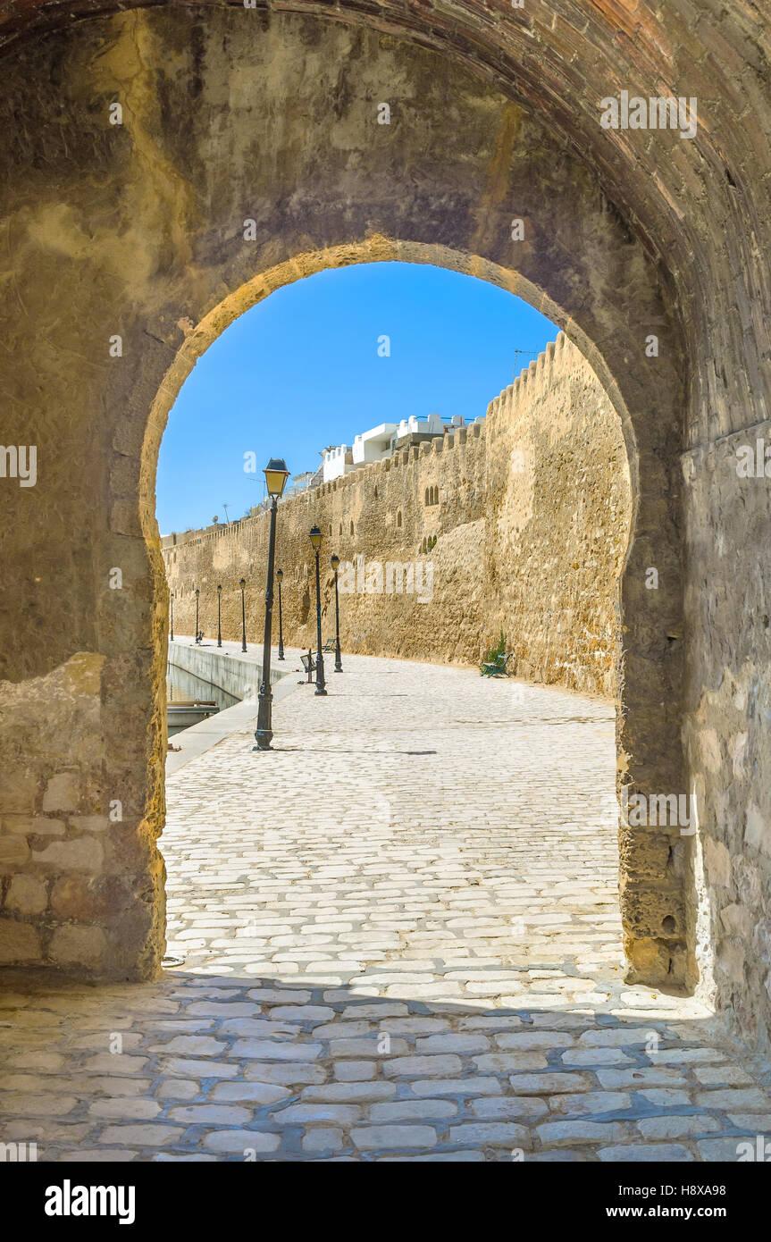 El arco de piedra que era la entrada al viejo puerto en la edad media, Bizerta, Túnez. Imagen De Stock