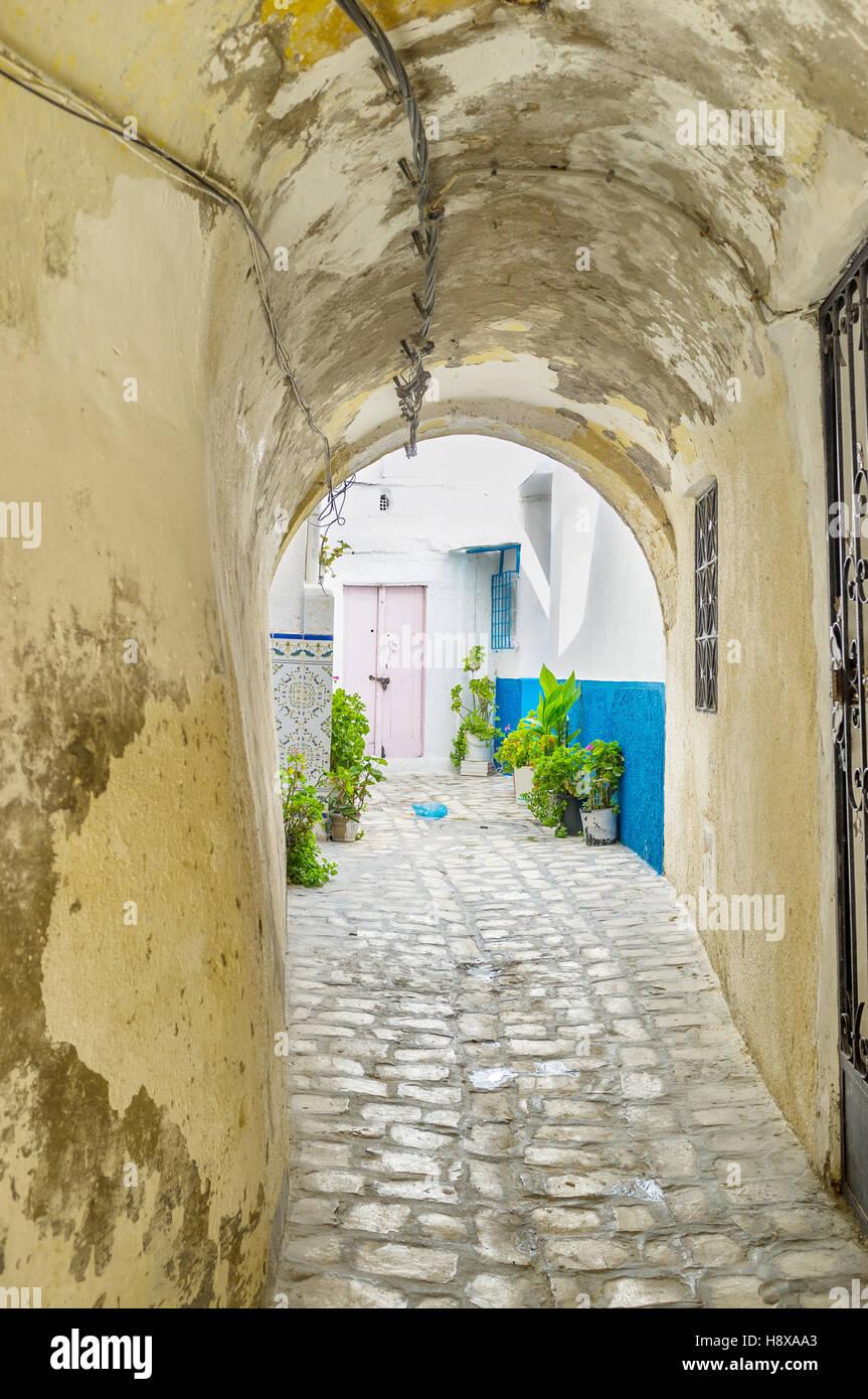 Las calles de Medina constan del laberinto de estrechos caminos, largos pasajes a través de los edificios y Imagen De Stock