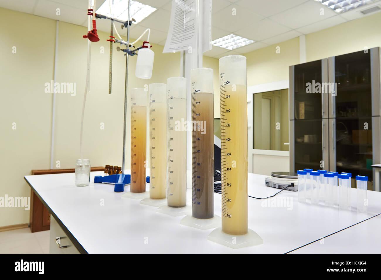 Medición de tubos de ensayo con líquidos de diferentes experiencias Foto de stock