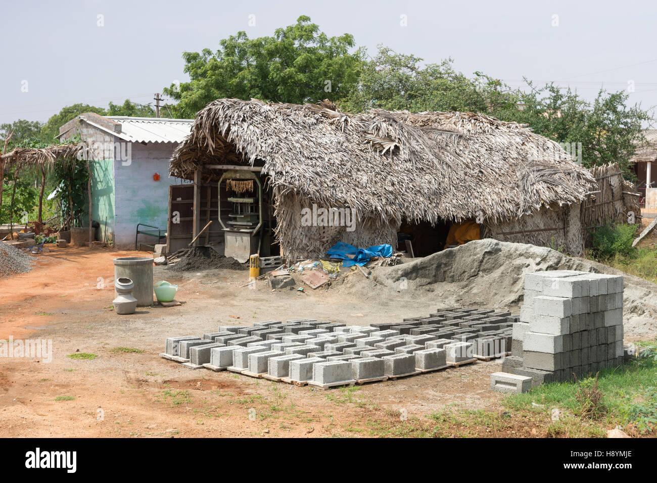 Un hombre rural la fabricación de ladrillos de cemento. Imagen De Stock