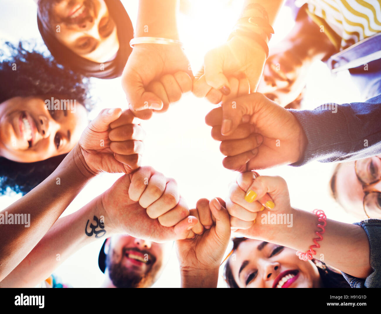 Puño de amigos juntos Círculo concepto de trabajo en equipo Imagen De Stock