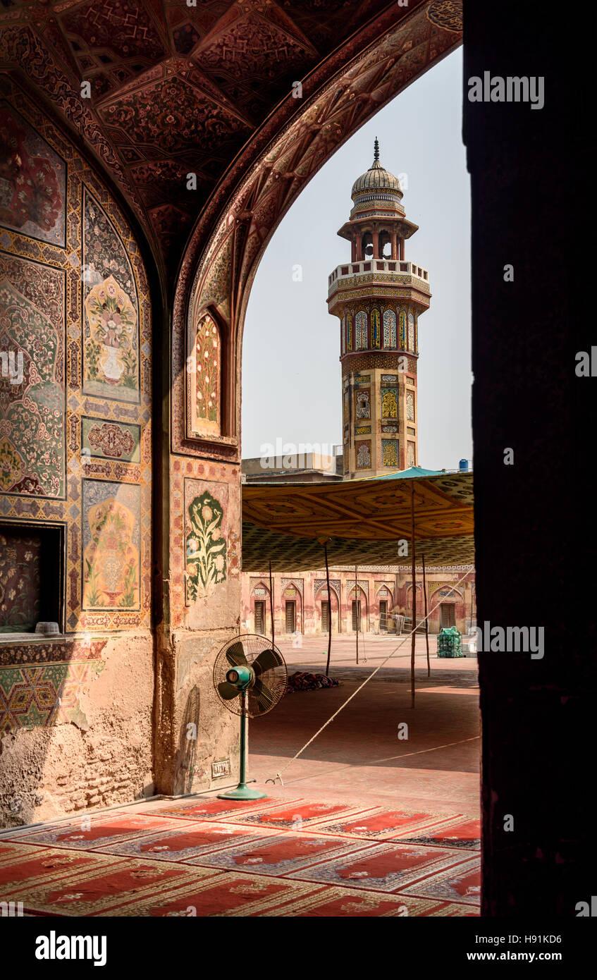 La mezquita de Wazir Khan es una época Mughal mezquita en la ciudad de Lahore, capital de la provincia pakistaní Foto de stock