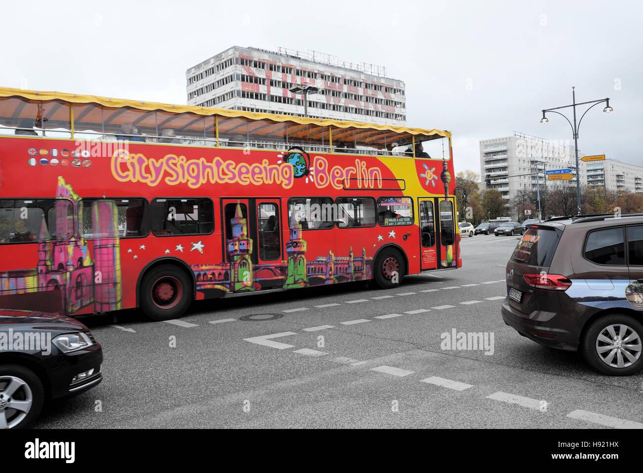 Excursión a la ciudad de rojo doubledecker bus turístico en Karl Marx Allee en Berlín Oriental KATHY Imagen De Stock