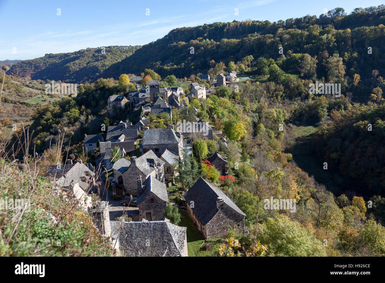 Un ángulo alto shot en los tejados de las casas de la aldea de Rodelle encaramado sobre su espolón rocoso Imagen De Stock