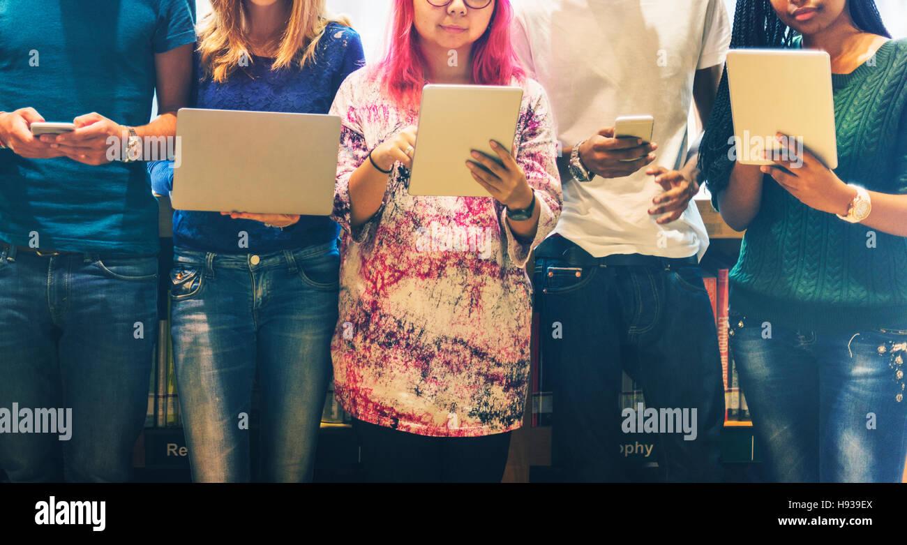 Los dispositivos de tecnología de aprendizaje en equipo el concepto de Estudiante Imagen De Stock