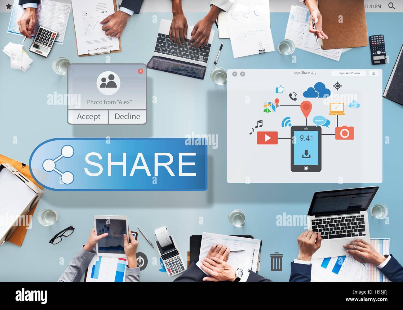Compartir Conectarse y comunicarse concepto cloud de transferencia Imagen De Stock