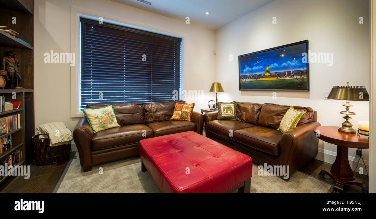América del Norte, Canadá, Ontario, sala de estar con sofá de cuero Imagen De Stock