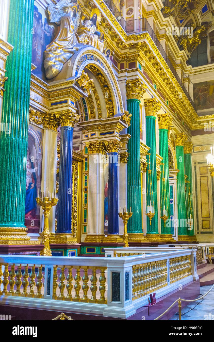 El iconostasio de la Catedral de San Isaac está enmarcada por columnas de piedra semipreciosa, malaquita verde y azul lazurite Foto de stock