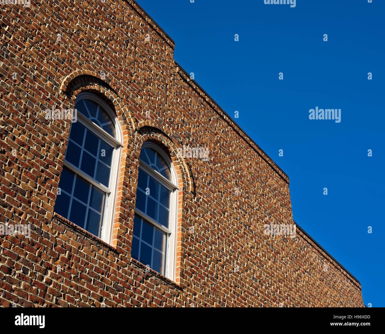 Ventanas en un edificio de ladrillo de Lexington, NC Imagen De Stock