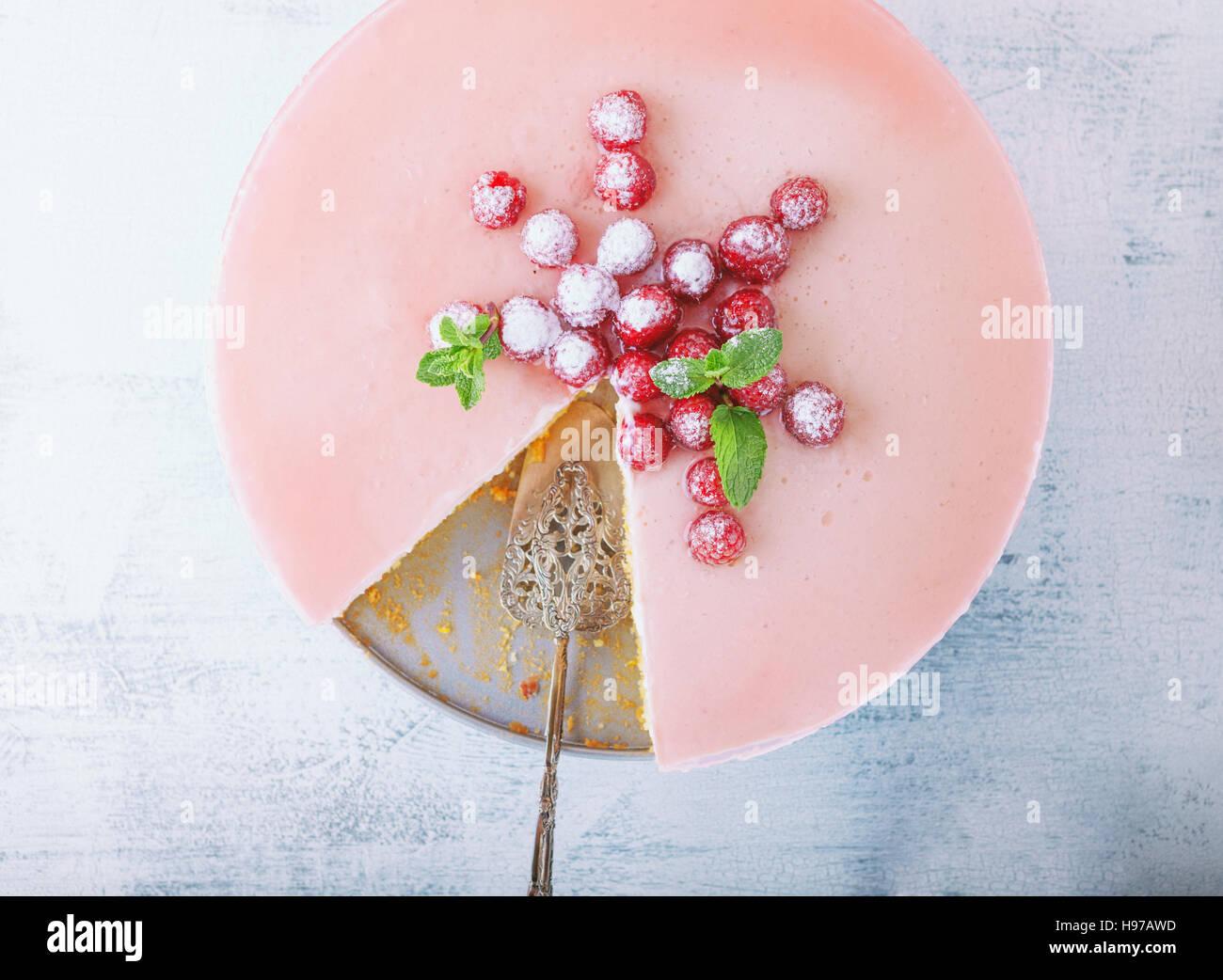 Pastel de yogur de frambuesa decorado con las bayas. Imagen De Stock