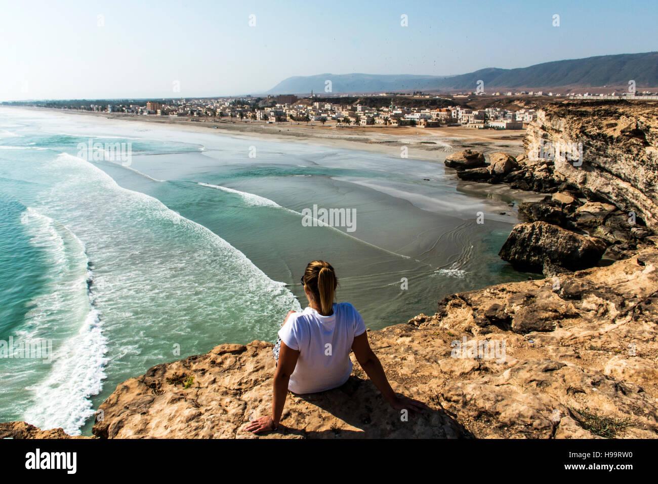 Chica vista coastside meseta Taqah Ciudad Dhofar Salalah Sultanato de Omán 3 Imagen De Stock
