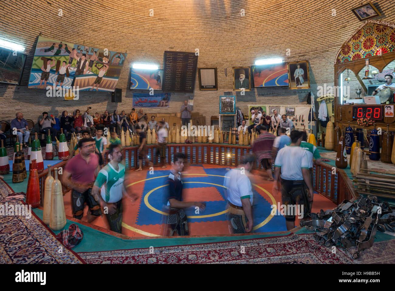 Los iraníes realizar deporte tradicional Zorkhane Yazd Irán Imagen De Stock