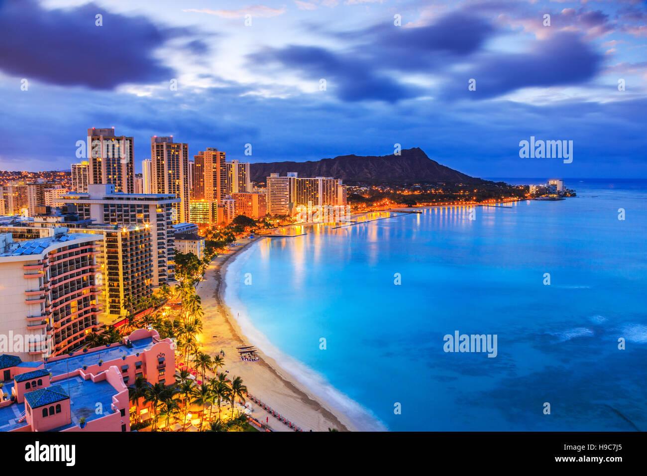 Honolulu, Hawai. Horizonte de Honolulu, incluyendo el volcán Diamond Head hoteles y edificios en la playa de Waikiki. Foto de stock