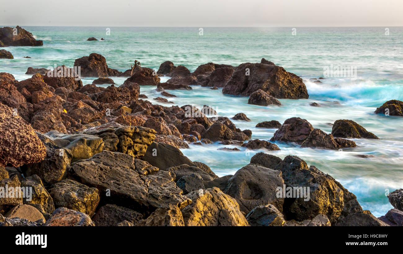 Las hermosas aguas del océano Atlántico, con su costa rocosa cerca de la ciudad de Dakar en Senegal Imagen De Stock