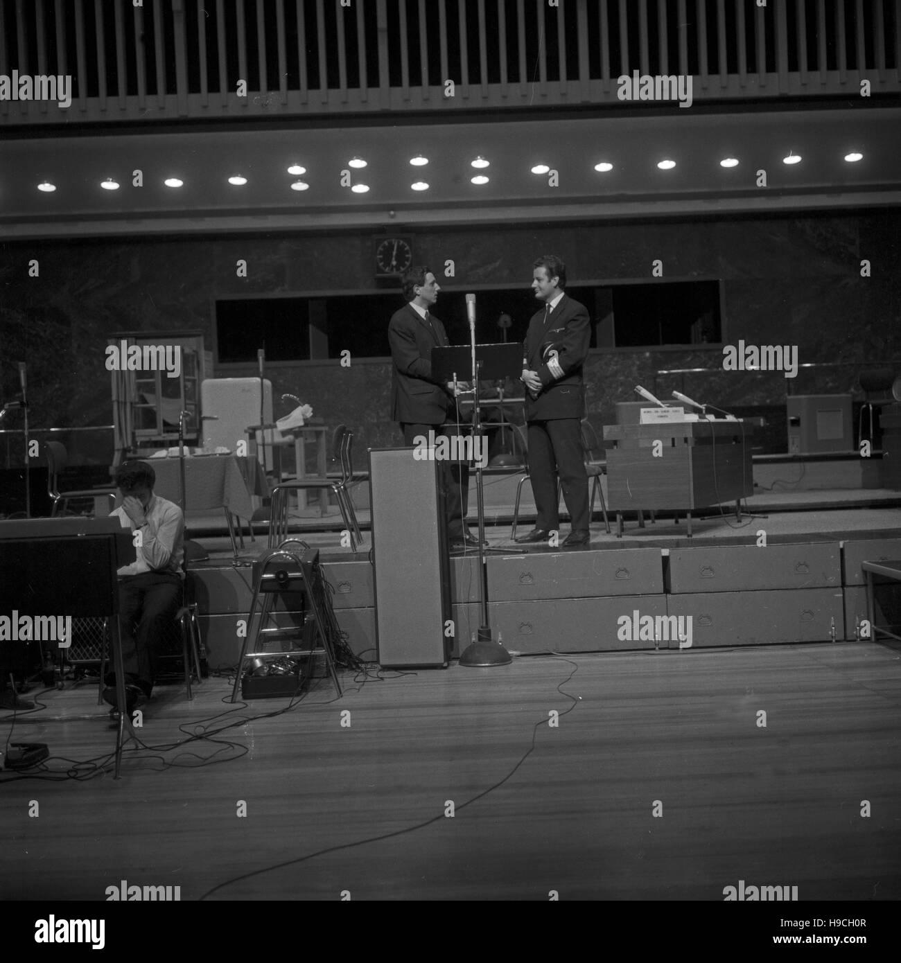 Szenenfoto aus einer Produktion des Schulfunks beim NDR en Hamburgo, Alemania 1960er Jahre. Escena de la televisión educativa en la Norddeutscher Rundfunk en Hamburgo, Alemania, 1960. Foto de stock