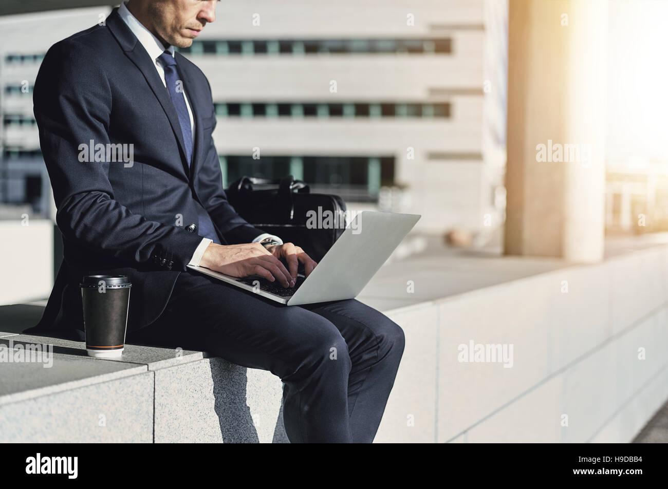 El empresario mientras escribe en su cuaderno. Disparó al aire libre horizontal Imagen De Stock
