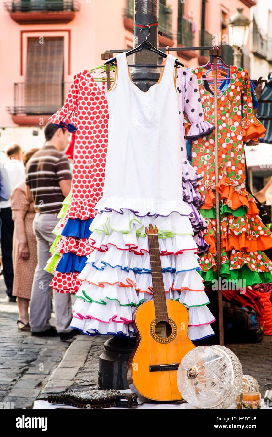Trajes de flamenca para la venta en los kioscos de periódicos en español en el mercado de la calle Foto de stock