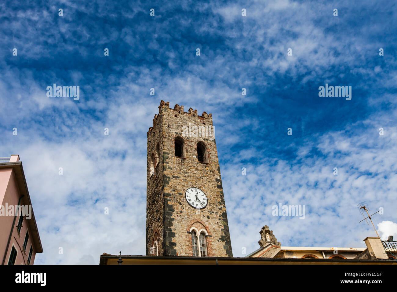 Campanario de la iglesia parroquial de San Giovanni Battista en Monterosso, Italia Foto de stock