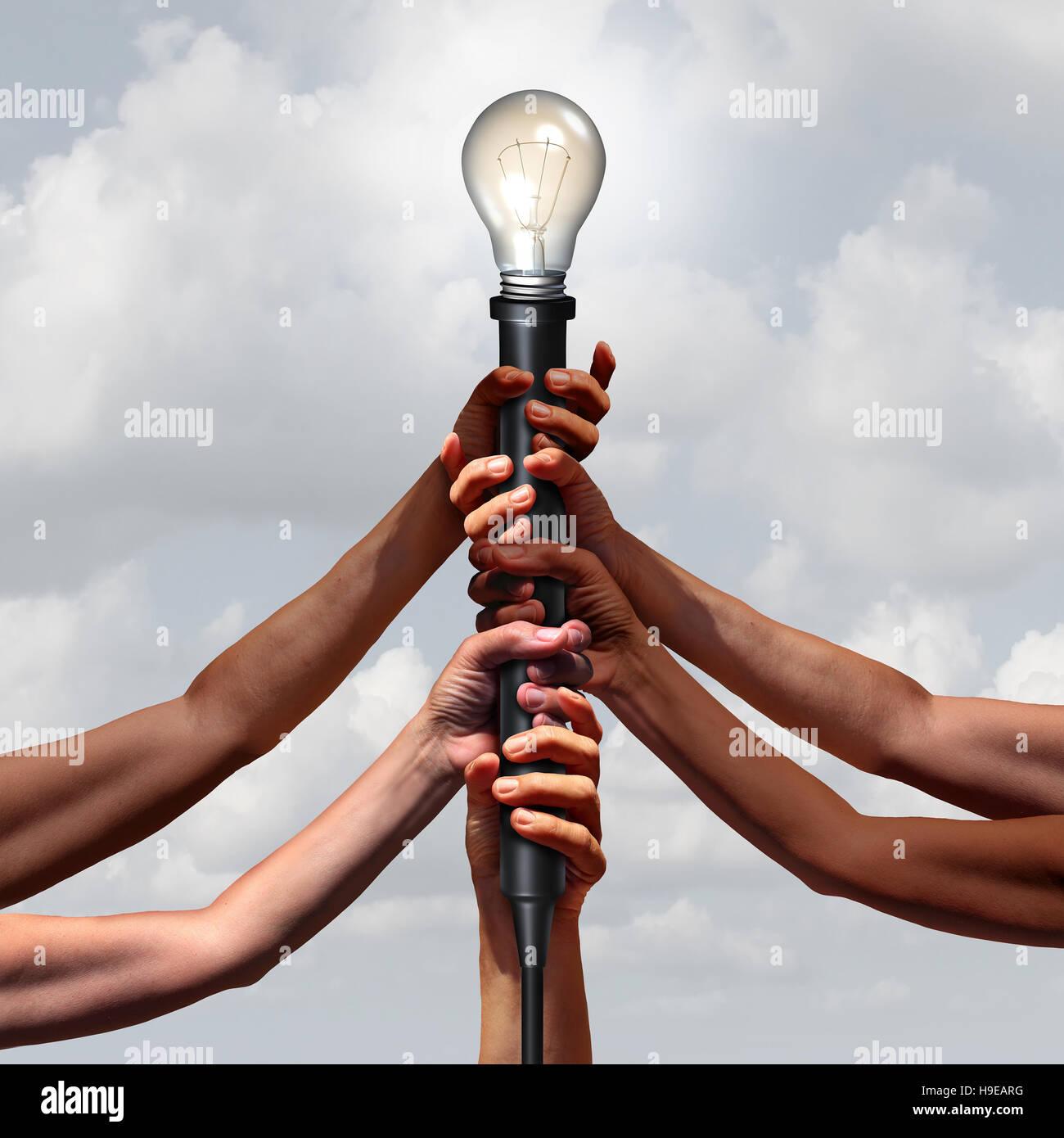 Idea tan diverso grupo de personas sosteniendo una toma de luz eléctrica con una bombilla iluminada como una Imagen De Stock
