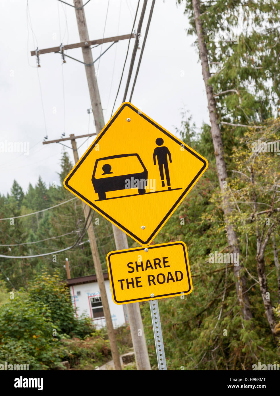 Una señal de carretera en Canadá mostrando un coche y paseos peatonales en la carretera y un cartel que Imagen De Stock