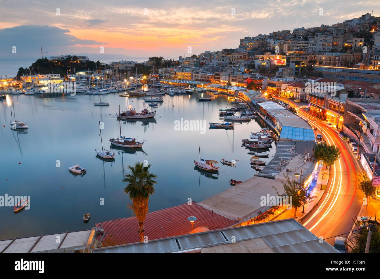 Vista de noche de Mikrolimano marina en Atenas, Grecia. Imagen De Stock
