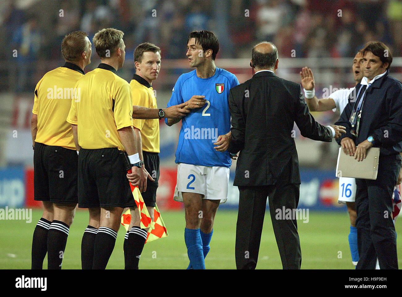 Los jugadores italianos enfrentan REF ITALIA V CROACIA IBARAKI Kashima Estadio IBARAKI Japón 08 Junio 2002 Imagen De Stock