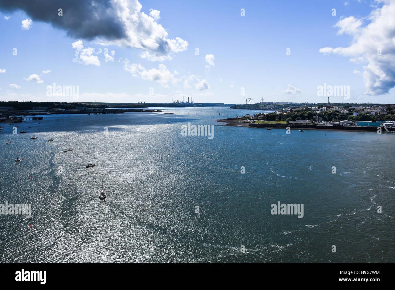 Espectacular vista mirando hacia el oeste por Milford Haven del Cleddau Bridge Foto de stock