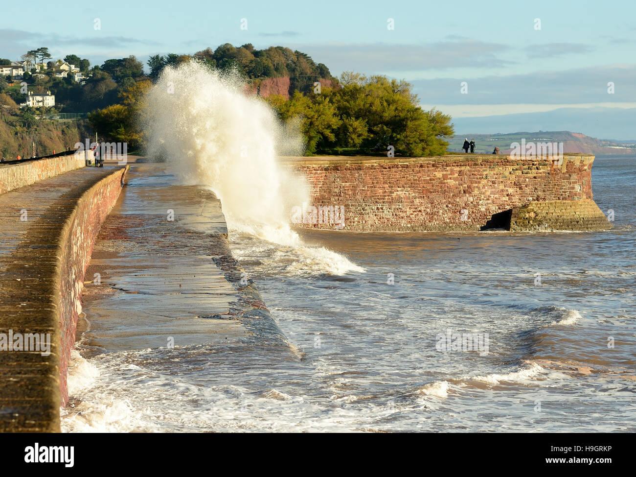 El mar embravecido durante la marea alta a lo largo de la pared de mar Sprey Teignmouth a punto. Foto de stock