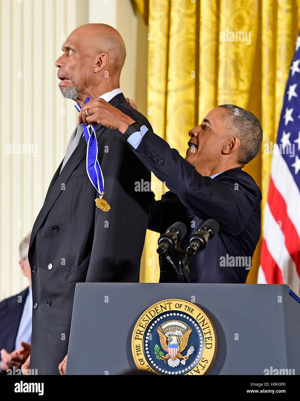 El Presidente de Estados Unidos, Barack Obama presenta la Medalla Presidencial de la libertad a la ex estrella de Imagen De Stock