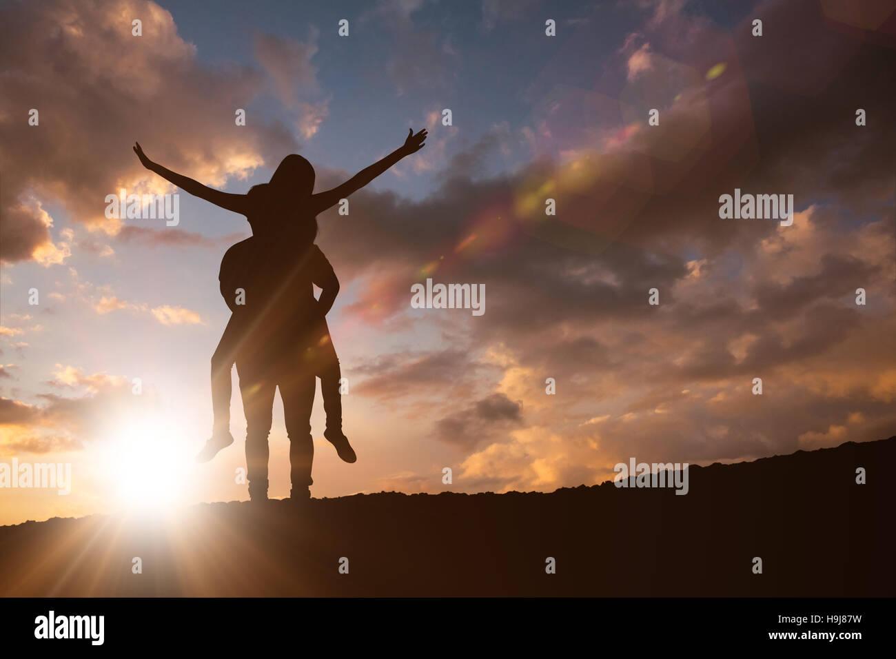 Imagen compuesta de feliz hombre casual dando novia guapa piggy back Imagen De Stock