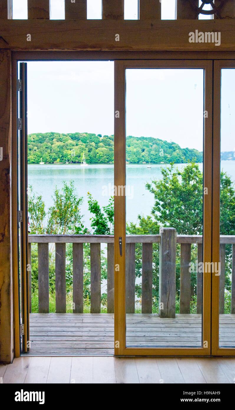 Puertas Acristaladas Con Vistas Agua Madera Natural De Roble