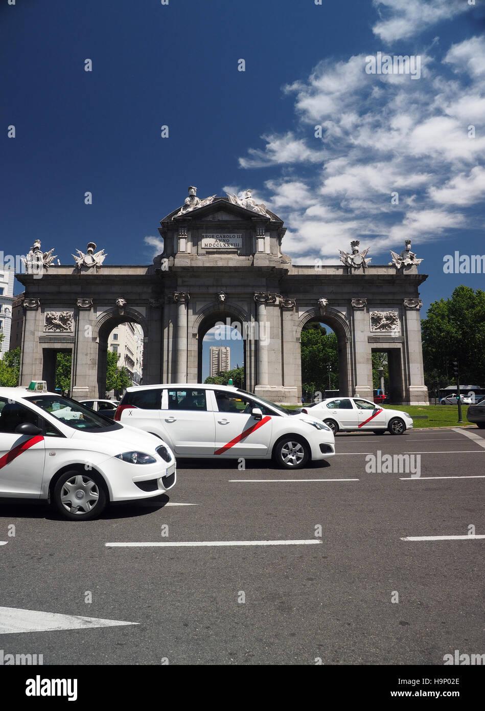 Los taxis conducir alrededor de Puerto de Alcalá Madrid España Europa, puerta momorial rotonda alrededor Imagen De Stock
