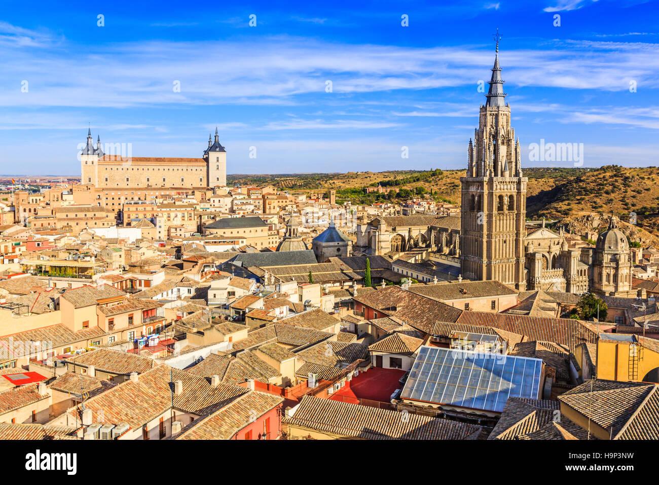 Toledo, España. Vista panorámica de la ciudad vieja y su alcázar (palacio real). Imagen De Stock