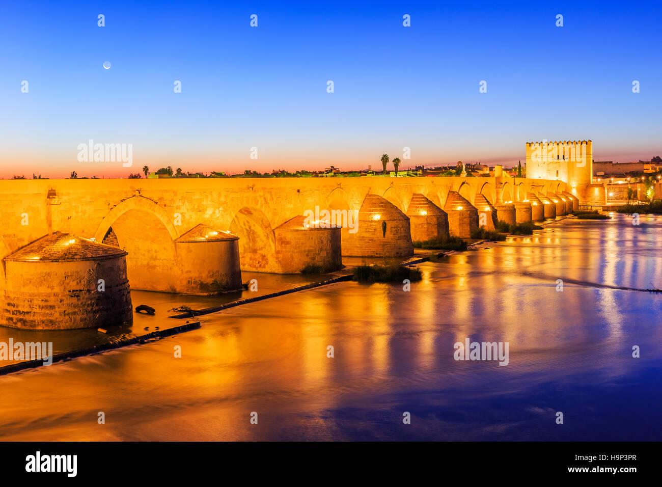Cordoba, España. Puente romano sobre el río Guadalquivir. Imagen De Stock