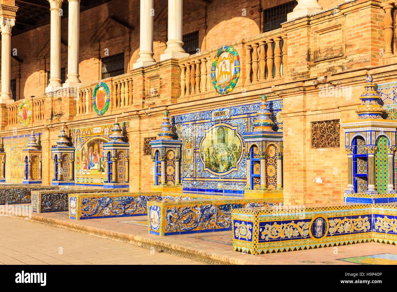Sevilla, España. Azulejos en las paredes de la Plaza de España (Plaza de España) Foto de stock