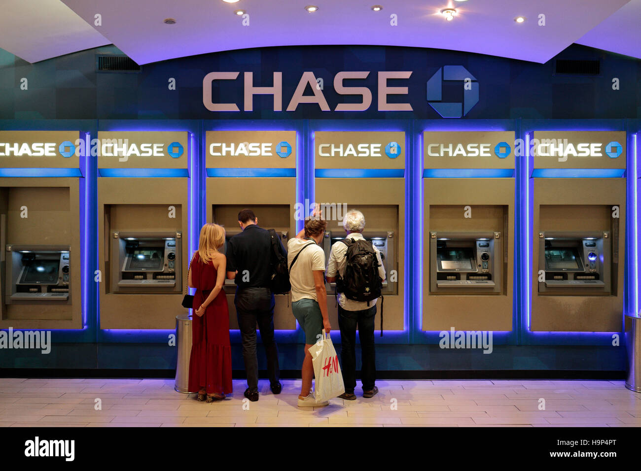 Una fila de Chase Bank cajeros automáticos (ATM's) dentro de la Grand Central Terminal, Manhattan, Nueva York, Estados Foto de stock
