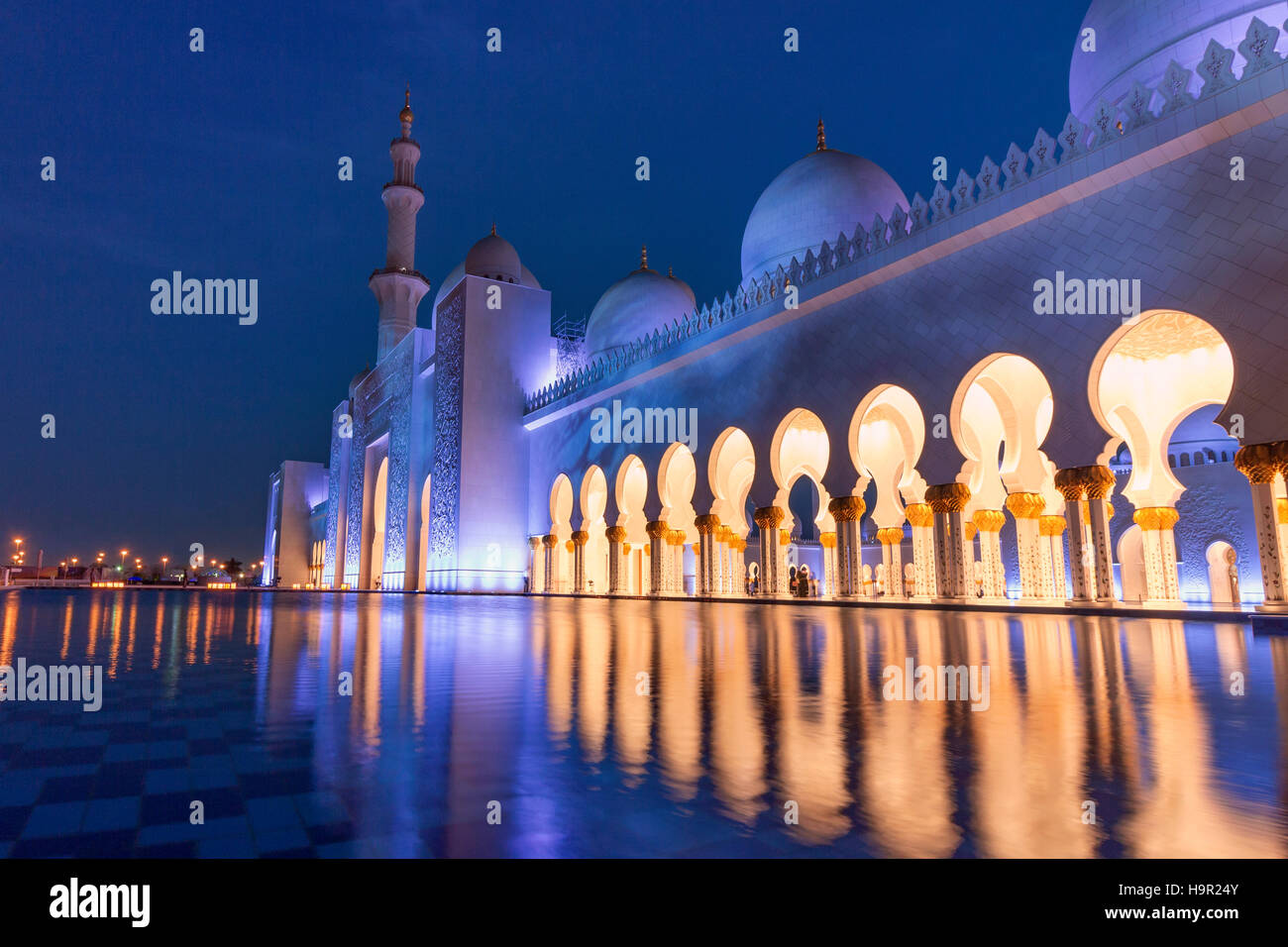 El agua delante de la Gran Mezquita de Sheikh Zayed, Abu Dhabi, Emiratos Árabes Unidos, EAU Imagen De Stock