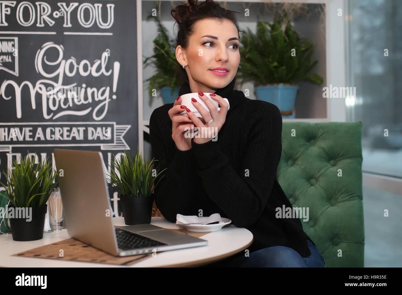 Pareja joven se reúne en un café en una fecha Imagen De Stock