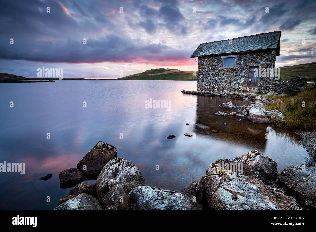 El viejo cobertizo en Devoke agua en el Lake District, Cumbria Imagen De Stock