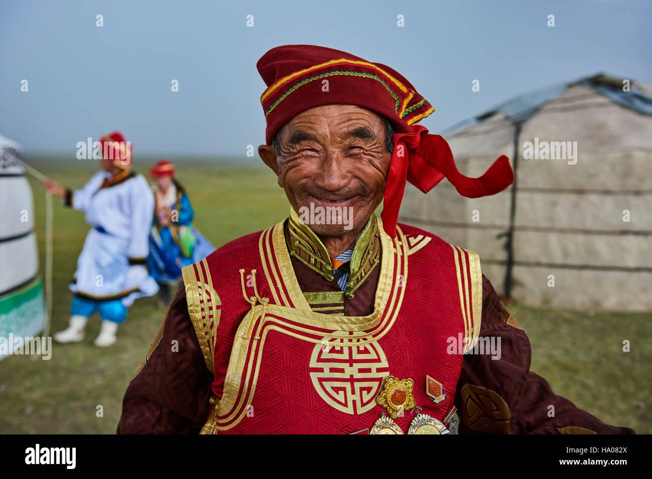Mongolia, la provincia de Uvs, oeste de Mongolia, Nomad boda en la estepa, el retrato de un anciano de etnia Dorvod Imagen De Stock