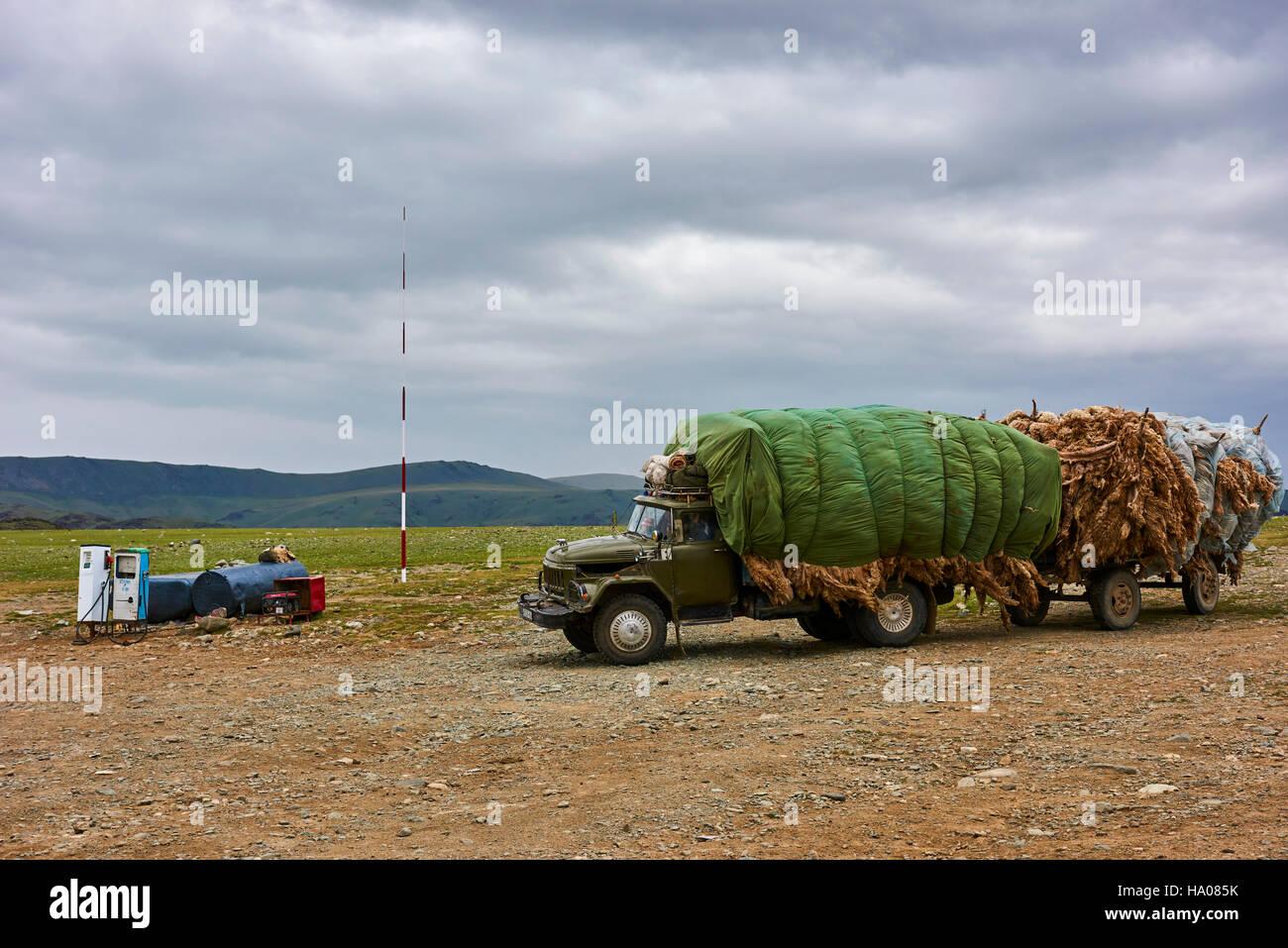 Mongolia, Bayan-Ulgii provincia, oeste de Mongolia, un camión sobrecargado con la lana al pompe gasolina Imagen De Stock
