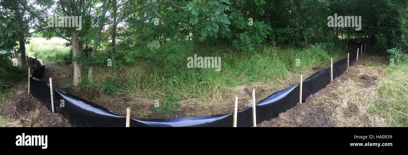 Las cercas para contener animales anfibios en una zona restringida para facilitar la captura y recolección. Imagen De Stock