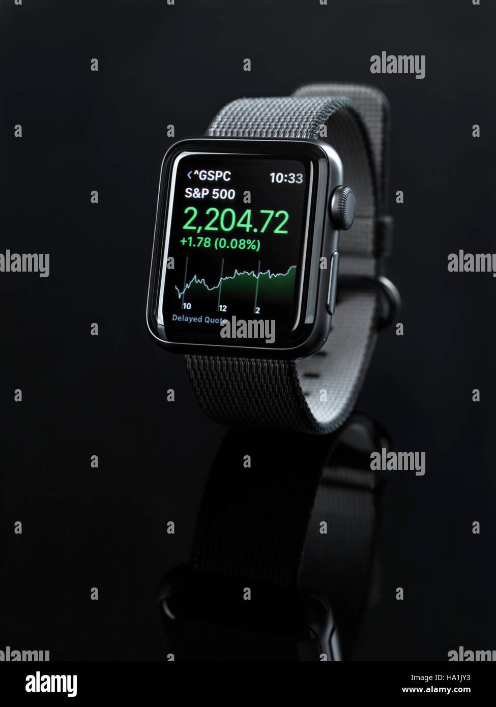 Apple Watch smartwatch con stock market app en la pantalla aislado sobre fondo negro Imagen De Stock