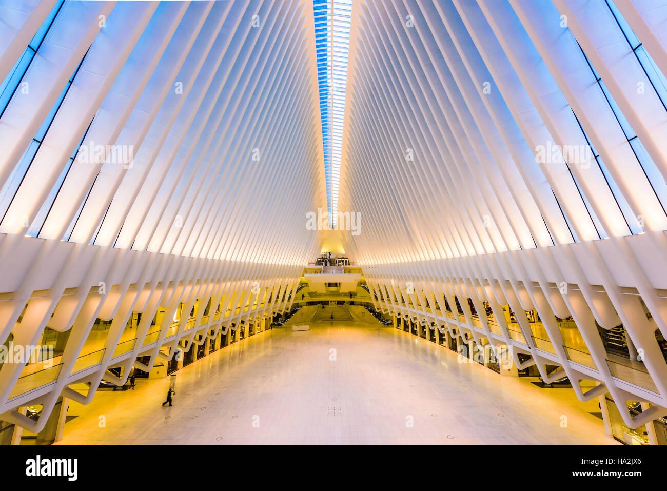 La CIUDAD DE NUEVA YORK, ESTADOS UNIDOS - 23 de octubre de 2016: el Westfield Mall y el World Trade Center Transportation Foto de stock
