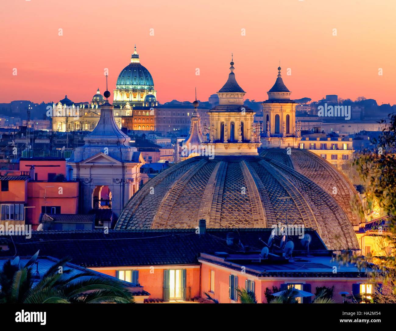 Descripción general de Roma con San Pedro, en el fondo, Roma, Italia Imagen De Stock