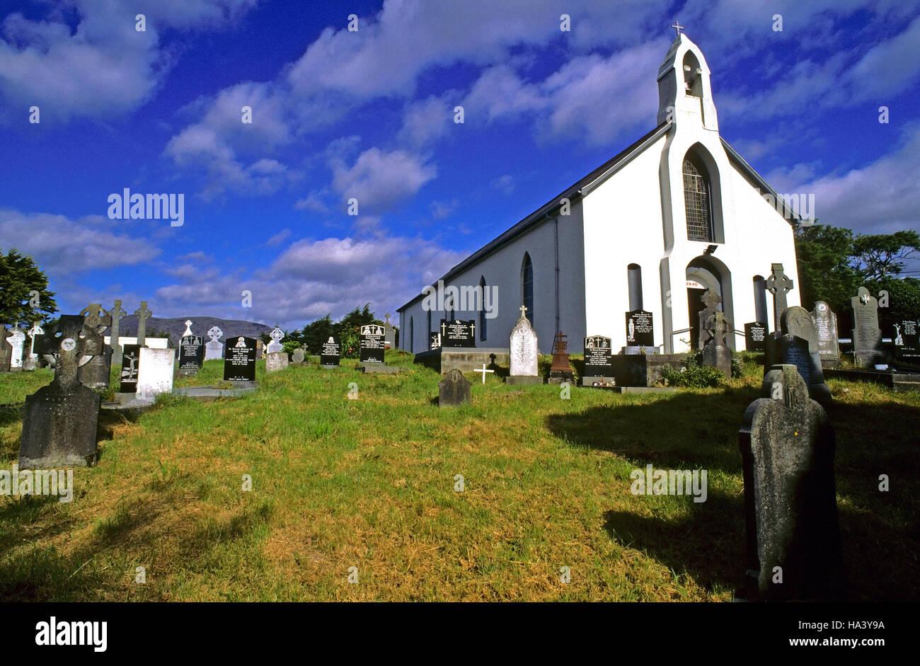 La iglesia y el cementerio de Adrigole, península de Beara, Condado de Cork, Irlanda, Europa Foto de stock